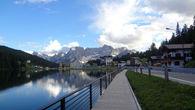Вдоль озера к дороге прилегает пешеходная зона, сделанная из досок, на краем берега.