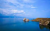 Оттенки водной глади Байкала постоянно меняются