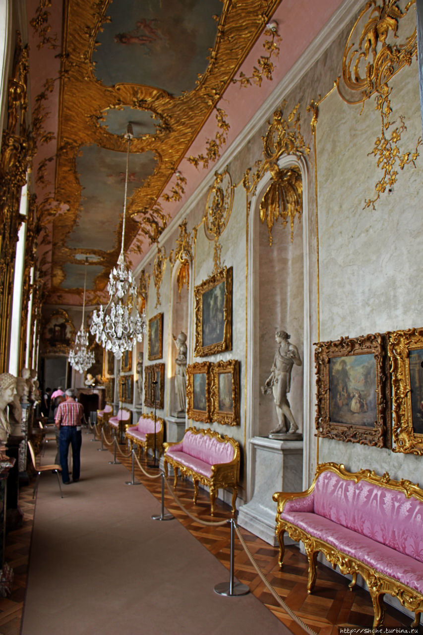первое помещение — длинная картинная галерея