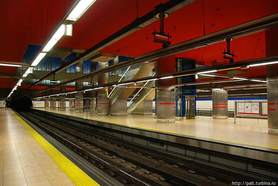 Метро на вокзале Чамартин в Мадриде. На заднем плане великолепная живая стена
