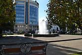 Сквер возле площади Ленина. Практически в каждом сквере городе есть фонтан, а в некоторых по несколько фонтанов.