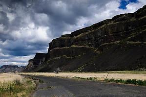 Снова стенки куле. Это базальтовые скалы, оставшиеся стоять, когда все остальные породы смыло огромным потоком воды.