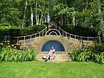 Знаменитая каскадная голубая лестница   в обрамлении берез в саду