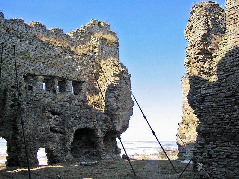 Замок зимой. Стальные тросы удерживают стены от обрушения