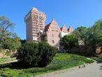 Строительство было завершено в 1337 году Казимиром III Великим и замок служил ему резиденцией. Готическая крепость представляла собой башню и жилое здание, по периметру окружённые стенами. В более поздний период для укрепления обороны была возведена южная башня. В 1434 году король Владислав II приказал восстановить разрушенную в то время башню. В начале XVI века готический замок уже не был королевской резиденцией.