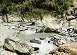 На пути приток Моди-Кхолы – речка Кумронг Кхола, которую переходим по небольшому деревянному мостику. Ноги мочить в холодной воде никому не хочется.