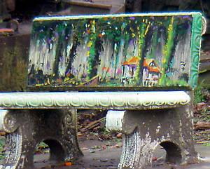 Расписная скамейка на главной улице