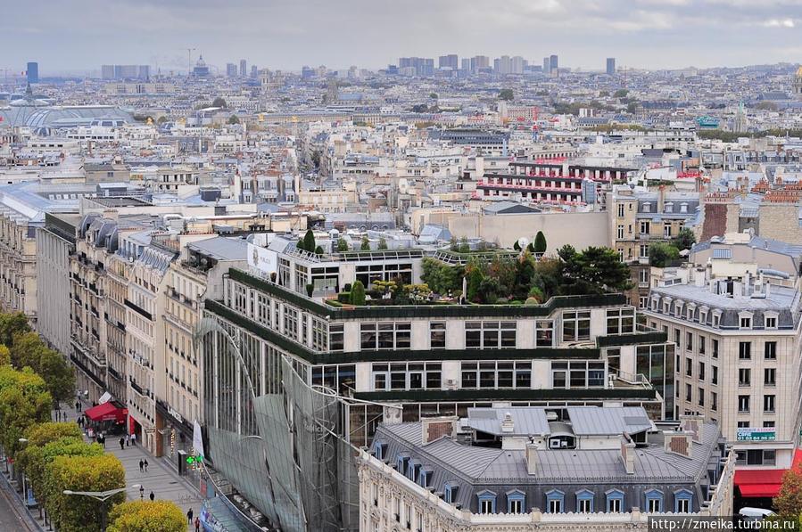 Где-то далеко новостройки, сам Париж довольно низкий