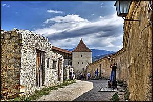 Здесь есть несколько маленьких домиков и церквушка.
