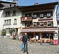 Вдоль главной улицы расположены очаровательные домики с черепичными крышами. Здесь состедоточены многочисленные рестораны в которых можно отведать знаменитое фондю из одноимённого сыра Грюйер и сувенирные лавки.