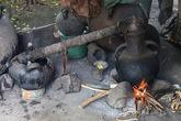 Вот и самогонный аппарат, причём в действии. Самогонка в Эфиопии называется вполне международным словом
