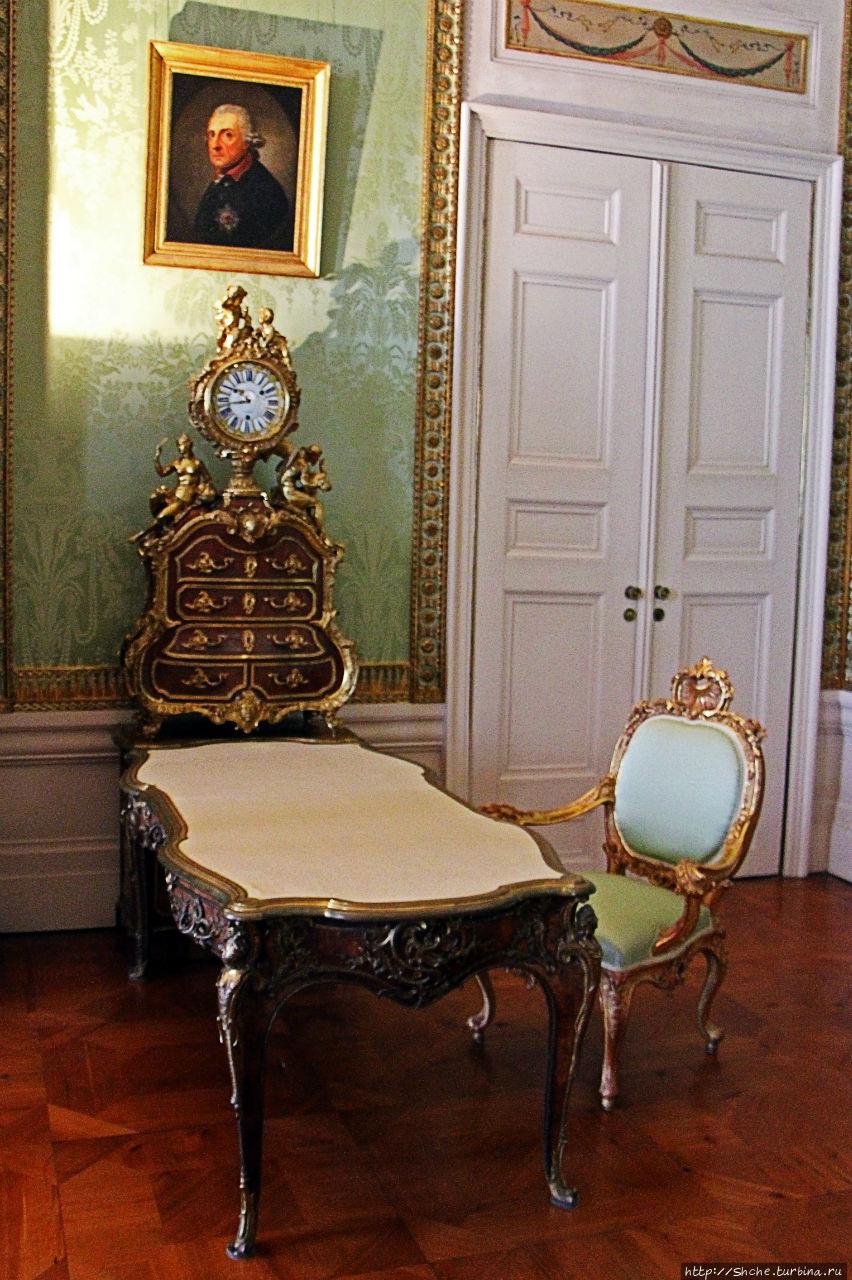 Здесь висит классический портрет Фридриха Великого, король не хотел, что бы его рисовали. Этот портрет позже перерисовал знаменитый Энди Уорхол (ну как смог:)) — это последнее фото этого материала