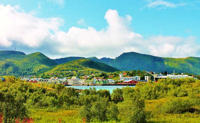 Городок Стокмаркнес. Вид с соседнего острова.