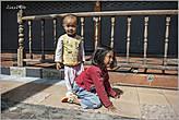 Дети, не обращая внимания на все вокруг, резвятся прямо на тротуаре... *