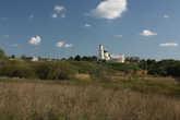 Преображенская церковь воспаряет над долиной речки Пажи