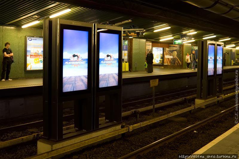 9. На платформах полумрак. Они ничем не украшены кроме рекламы.
