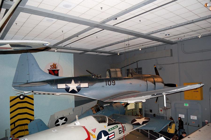 Экспозиция, посвященная Второй Мировой Войне. Американский палубный пикирующий бомбардировщик Douglas SBD Dauntless