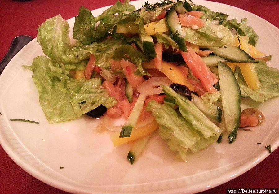 Салат со слабосоленой форелью