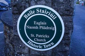 Табличка, как водится на двух языках – ирландском и английском.