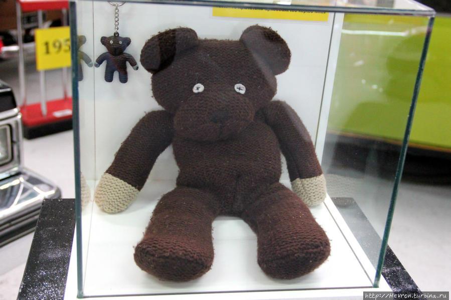 Это оригинальный плюшевый мишка мистера Бина и, пожалуй, его лучший друг. У Тедди вместо глаз пуговицы, а руки имеют форму сосисок. За историю сериала Тедди несколько раз изменялся, по началу у него была маленькая голова и отсутствовали глаза.