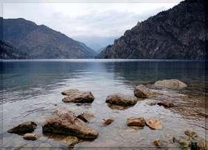 Интересно смотреть за постоянно меняющимся цветом воды озера