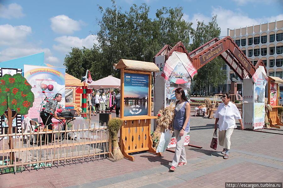 На улице Пушкина теперь тоже разворачиваются ярмарки и гуляния...