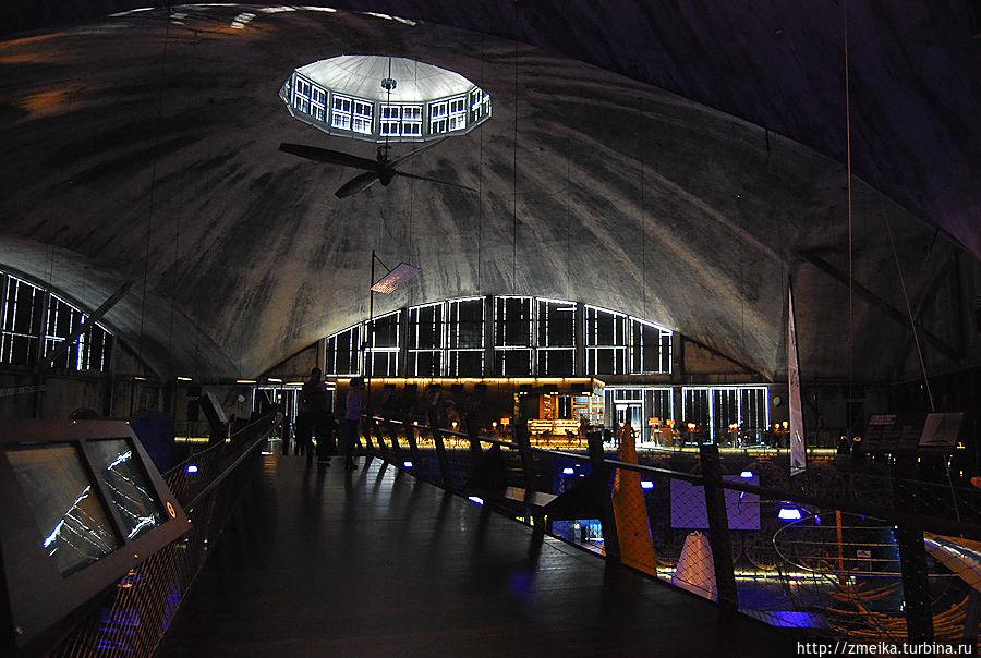 Внутри свет и звук поставлены так, что кажется, будто погружаешься в воду) Вокруг достаточно темно, но объекты экспозиции хорошо освещены.