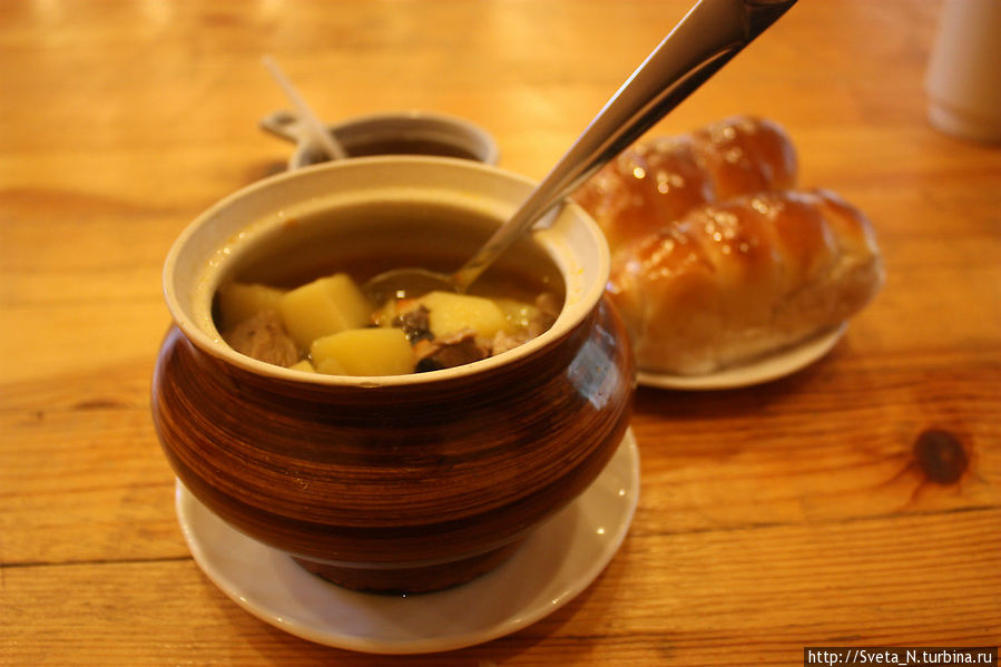Жаркое со свиным мясом, сосиски в тесте и черный чай — на человека примерно 250 рублей.