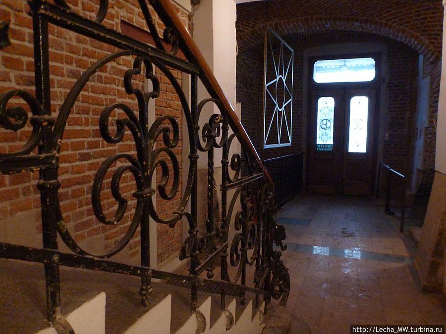 Лестница и главный вход