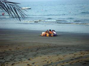 на песочке играют дети