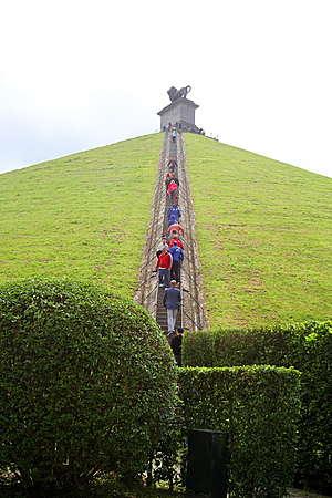 Львиный холм был насыпан в 1824-26 гг искусственным образом в память о сражении.