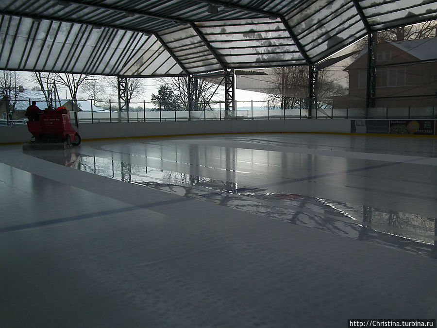 Перед началом каталки лед заливают.