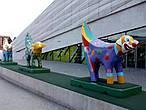 Веселые суперламбананы — смесь овцы и бананы были недавно завезены из США и хорошо прижились на побережье Ирландского моря, особенно в районе нового здания музея Ливерпуля.