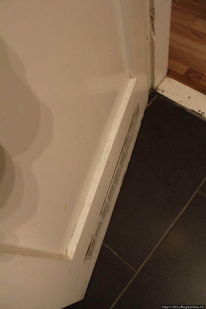 Дверь в ванную со слоями пыли