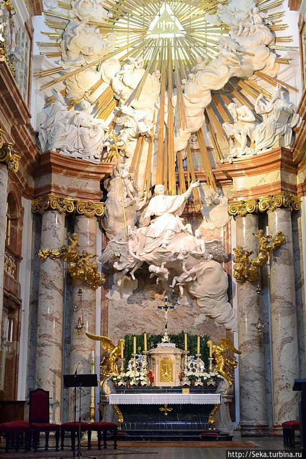 Главный алтарь украшен лепным рельефом с изображением Св. Карла Борромео