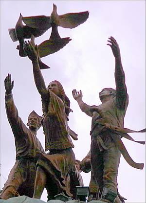 Памятник Мира и Единства. Дуриан и здесь нашел себе место позади фигур (это видно на снимке с кафедральным собором) ...Может, его запахом филиппинцы и прогнали испанцев...