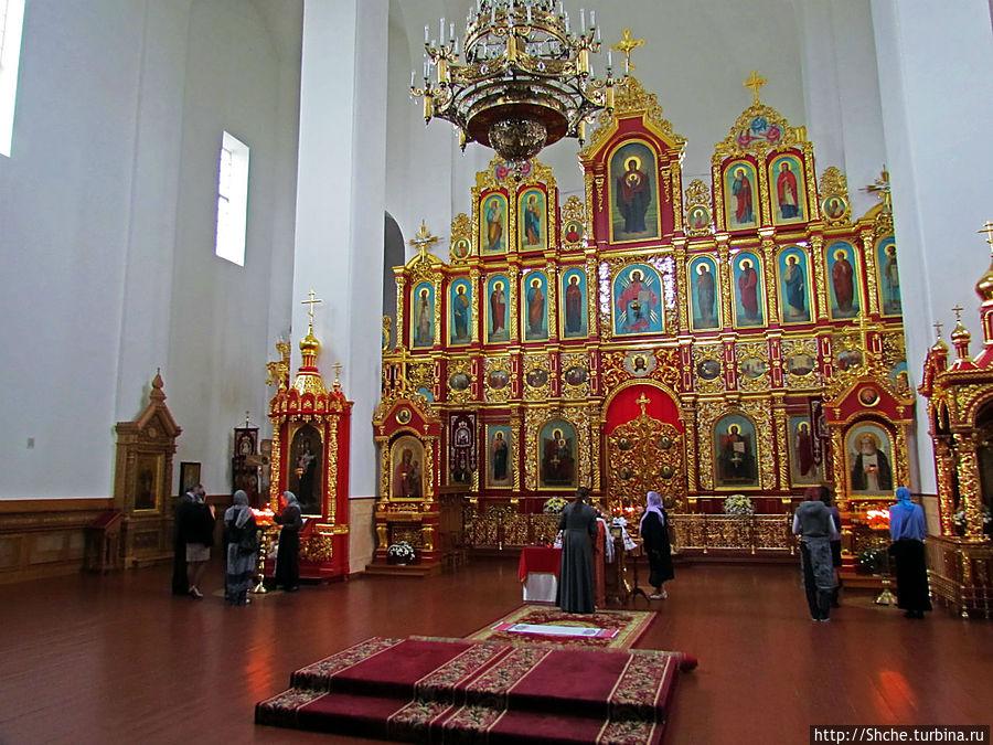 православный иконостас на белых стенах выглядит как минимум непривычно