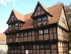 Роскошное деревянное здание 1553 г. В течение трёх веков здесь были административные и судебные отделы городского управления и даже тюрьма на пару мест:-) Сейчас Краеведческий музей.
