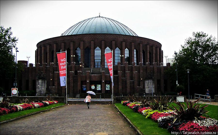 Тонхалле – Зал звуков – концертный зал Дюссельдорфа, бывший планетарий, архитектурное сооружение стиля кирпичный экспрессионизм, построено в 1926 году.