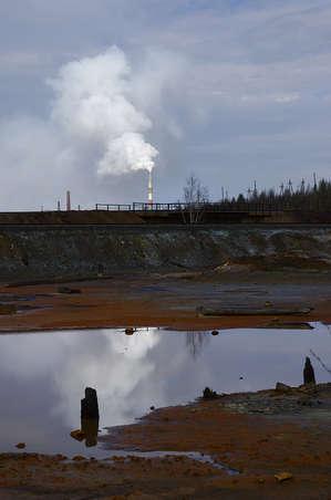 Вид на завод в отражении местных вод.