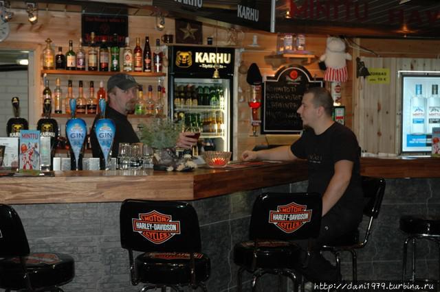 Бар, стулья для знатаков Харлей Девидсон, даже пиво есть Мотор Хэд