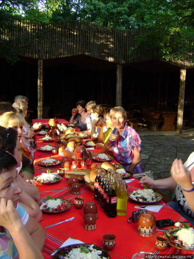 Хлебосольные хозяева поставили угощение на столы, где были постелены традиционные болгарские красные скатерти