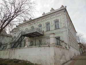 По улице  Советской.