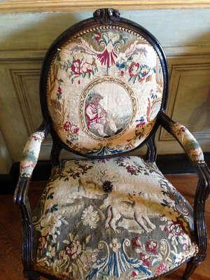 Вот такая деликатно, вместо шикающей бабушки с голубыми волосами, посетителей просят не использовать старинную мебель по ее прямому назначению