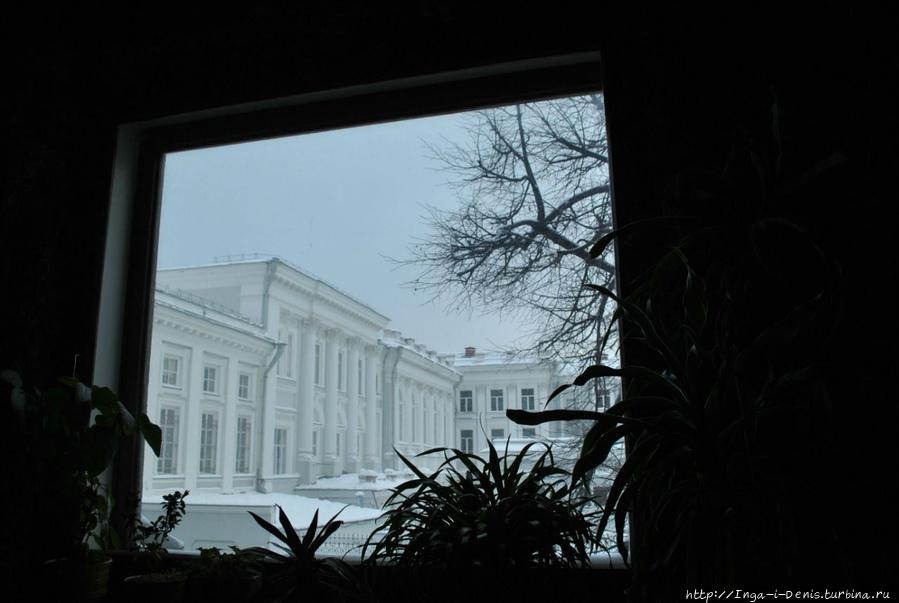 Из окон грота открывается вид на другое творение архитектора Карла Мюфке в Казани — западное крыло Казанского университета.