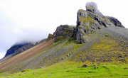 Исландский пейзаж. Домик под горой