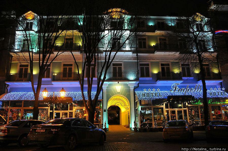 Фраполли -4*, цена номера от 150 у.е., находится на Дерибасовской, возле известного всем иностранцам Айриш паба (ссылка на ресторан- www.ipub.com.ua ), Всю инфо можно посмотреть на http://www.frapolli-hotel.com , ул. Дерибасовская, 13 35-68-00, 35-68-01