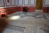 сохранившаяся мозаика на полу и декор стен