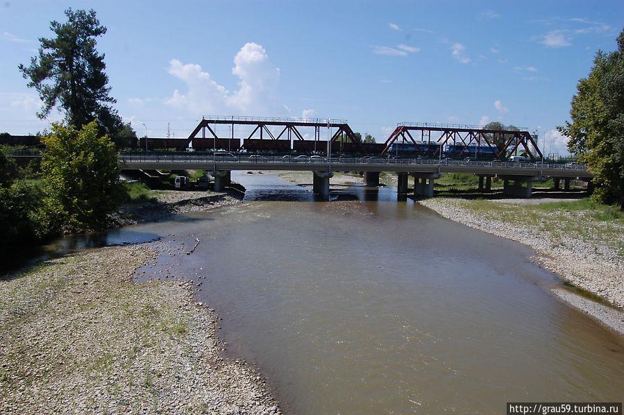 Вид с пешеходного моста между Россией и Абхазией