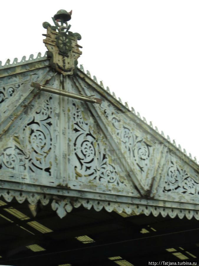 Порт и его старинный дизайн крыш.